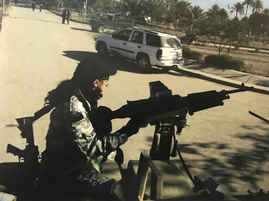 Kate w roli bocznego strzelca karabinu maszynowego M240 w trakcie patrolu bojowego. Zdjęcie z książki Chłopaki z Marsa (materiały prasowe).