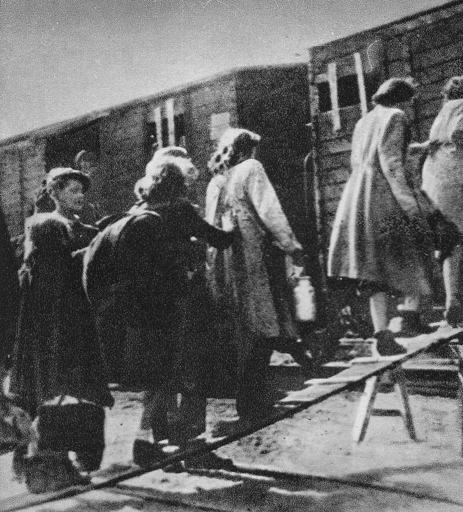 Kobiety wsiadające  sierpniu 1942 roku do wagonu na warszawskim Umschlagplatzu (domena publiczna).