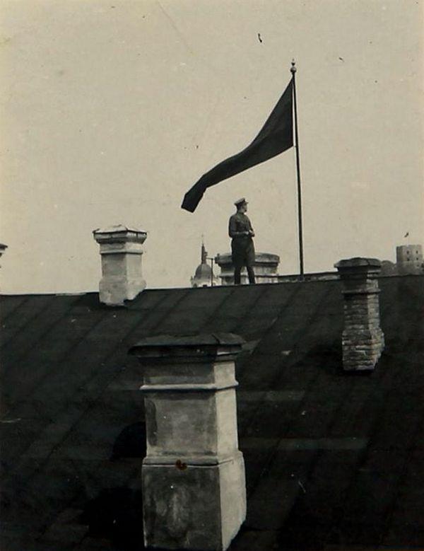 Liewska flaga powiewająca nad Wilnem (domena publiczna).