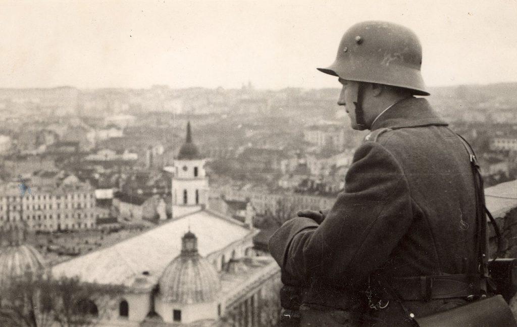 Litewski żołnierz podziwia panoramę Wilna (GNU FDL 1,2).