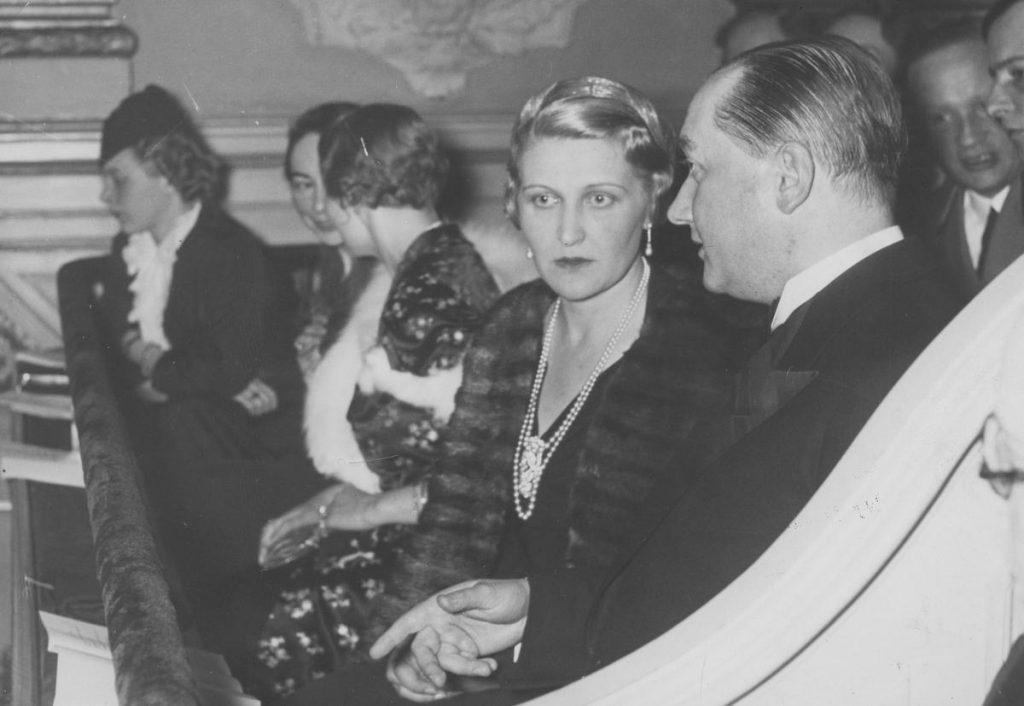 Magda Goebbels wielokrotnie żałowała, że wzięła ślub z Josephem. Na zdjęciu z 1937 roku rozmawia z Józefem Lipskim, polskim ambasadorem w Berlinie (domena publiczna).