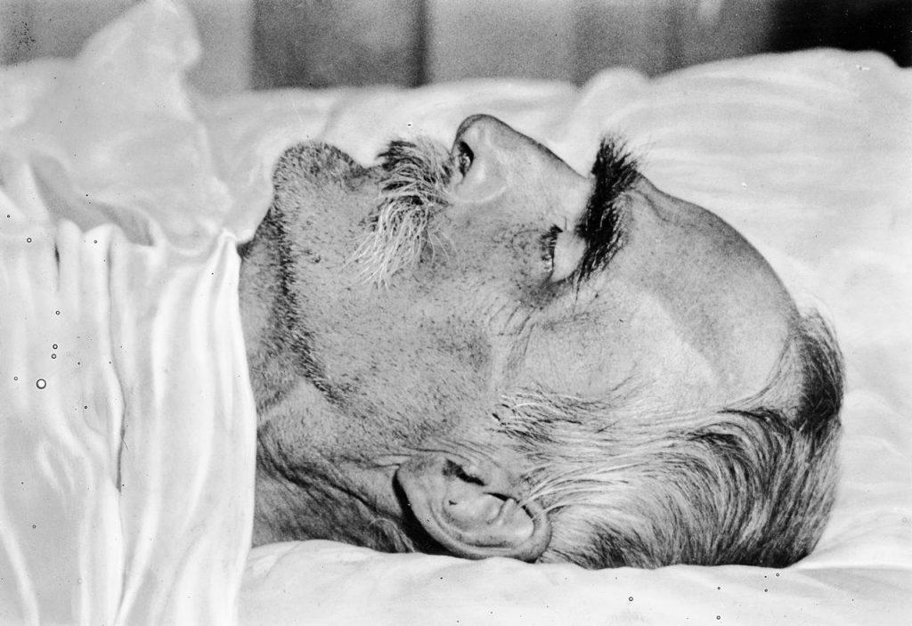 Marszałek Józef Piłsudski na łożu śmierci w pokoju, w którym umarł (domena publiczna).