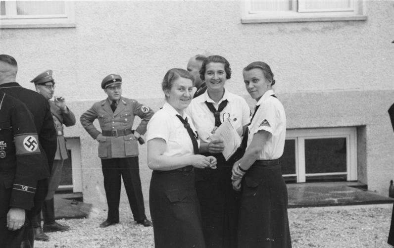 Martin Bormann (na zdjęciu stoi z podpierając się pod boki) zdradzał żonę na prawo i lewo (Bundesarchiv//CC-BY-SA 3.0).