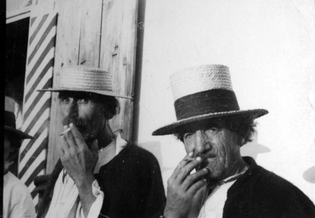 """Według dziennikarza """"Warszawianki"""" w połowie lat 20. paliło około 10 milionów Polaków. Na zdjęciu mieszkańcy okolic Zaleszczyk z papierosem w ustach (domena publiczna)."""