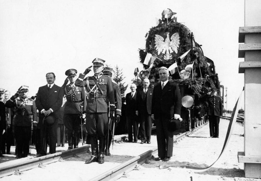 Minister Juliusz Ulrych (w garniturze po prawej) podczas otwarcia linii kolejowej  kolejowej Zegrze - Radzymin - Zegrze (domena publiczna).