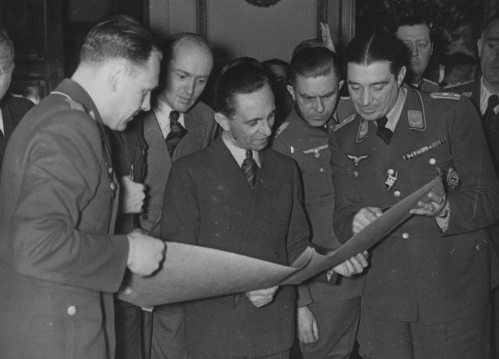 Niski i wątłej postury Goebbels był chorobliwie zazdrosny o żonę. Sam jedna nie zamierzał być jej wierny (domena publiczna).