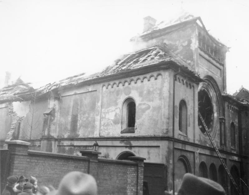 W krajach totalitarnych antysemityzm staje się państwowy. Na zdjęciu synagoga w Monachium spalona w czasie nocy kryształowej (Bundesarchiv/CC-BY-SA 3.0).