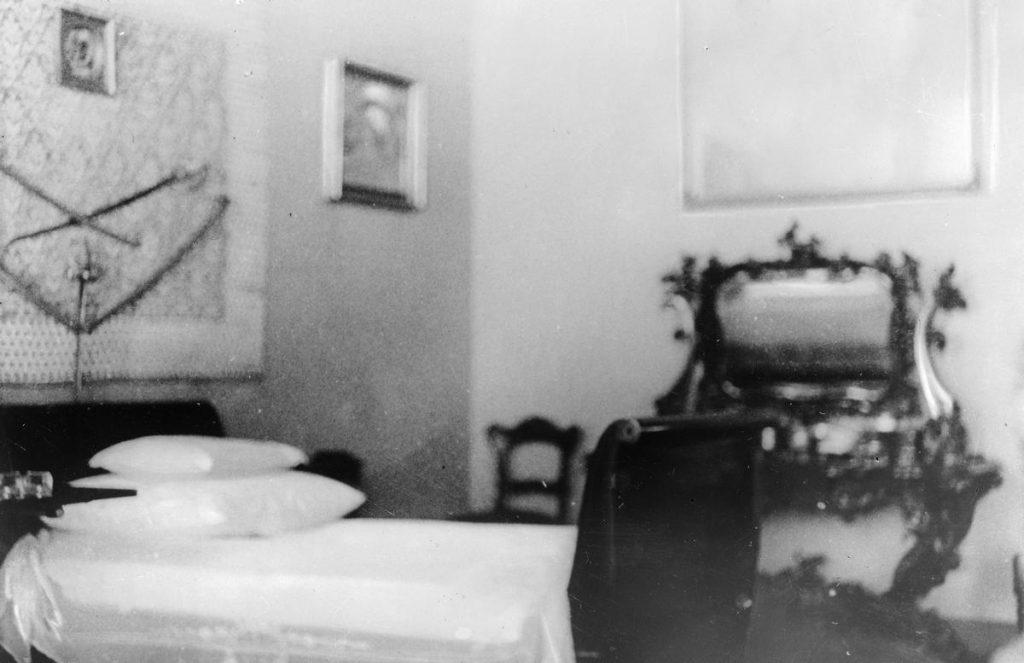 Sypialnia Józefa Piłsudskiego w Belwederze (domena publiczna).