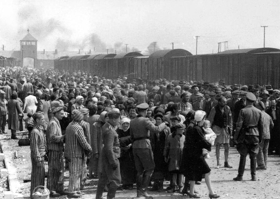 Węgierscy Żydzi na rampie w Auschwitz-Birkenau (domena publiczna).