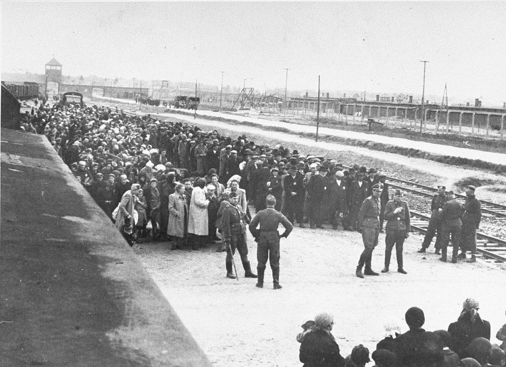 Eichmann twierdził, że jest gotów zamknąć Auschwitz-Birkenau jeżeli jego żądania zostaną spełnione. Na zdjęciu węgierscy Żydzi tuż o przybyciu do obozu. Maj 1944 (domena publiczna).