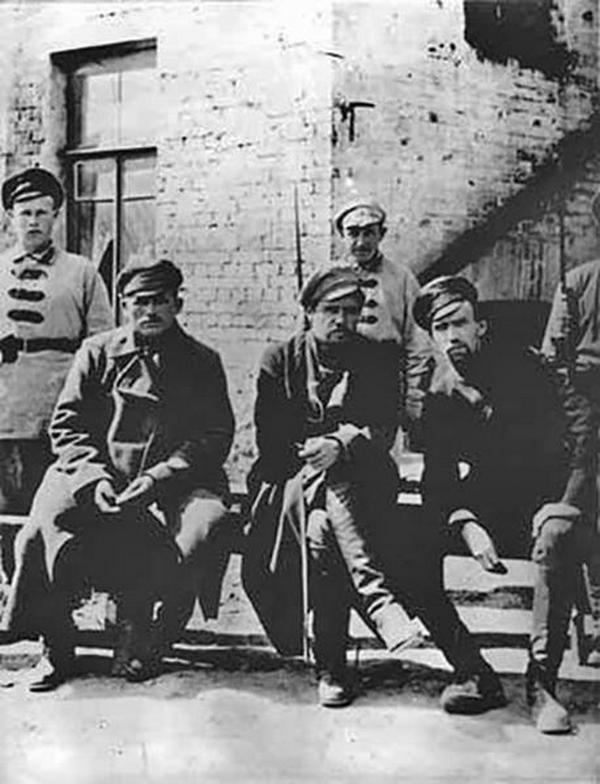 Generał Piepielajew (w środku) pod bolszewicką strażą. Zdjęcie z przełomu 1923 i 1924 roku (domena publiczna).
