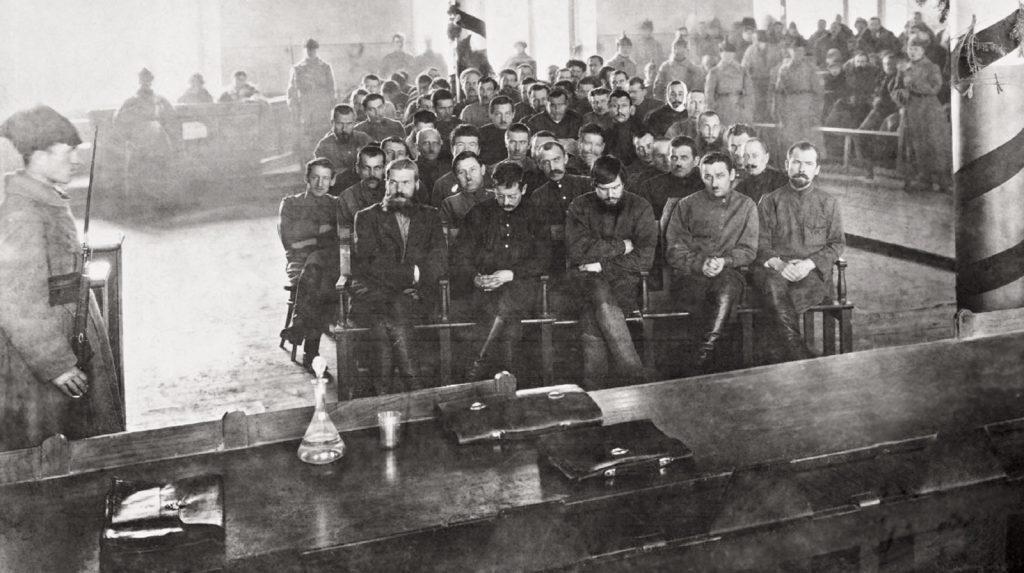 Piepielajew i jego ludzie w czasie procesu wytoczonego im przez bolszewików w 1924 roku (domena publiczna).