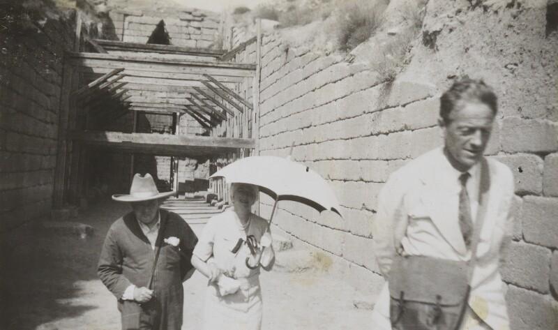 W przesłuchaniach Branda brał udział między innymi przyjaciel Winstona Churchilla – Lord Moyne (na pierwszym planie). Na zdjęciu z 1934 roku wraz z przyszłym brytyjskim premierem podczas wspólnych wakacji w Grecji (domena publiczna).