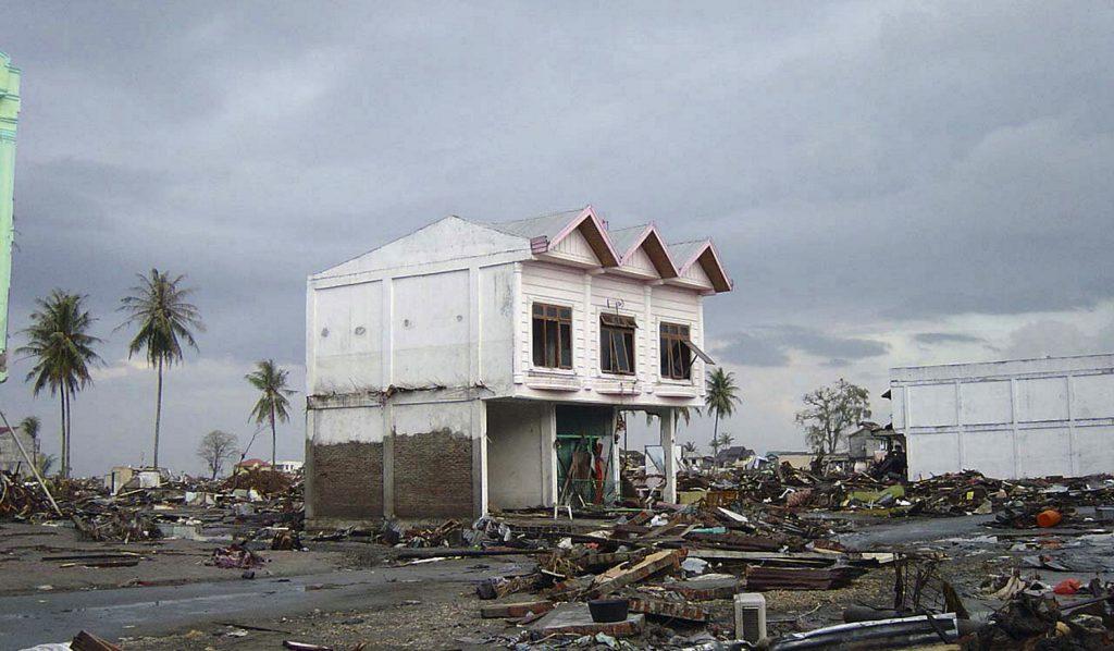 Zniszczona przez tsunami ulica w Banda Aceh (fot. Michael L. Bak, domena publiczna).