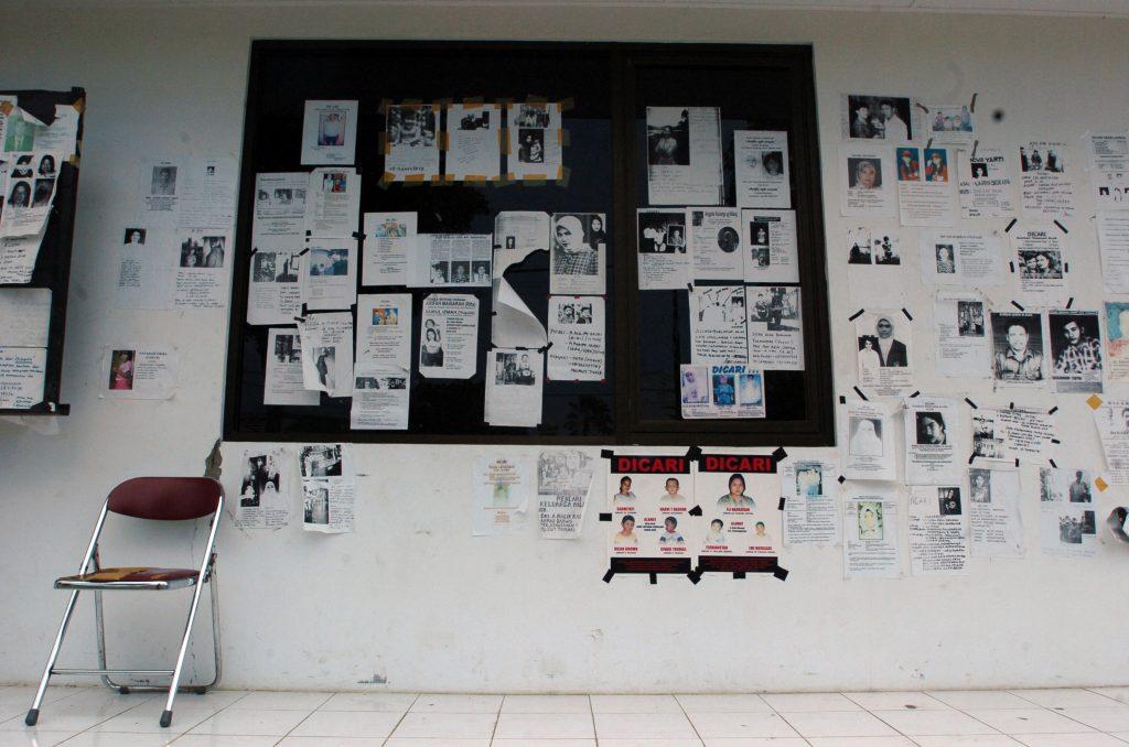 Ulotki z informacjami o zaginionych, rozwieszone w spzitalu wojskowym na Sumatrze po przejściu tsunami (fot. domena publiczna)