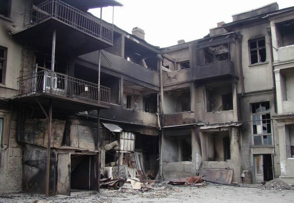 Wypalony przez gruziński nalot budynek mieszkalny w mieście Cchinwali, stolicy nieuznawanej Osetii Południowej (fot. OSinform, lic. CC BY-SA 3.0)