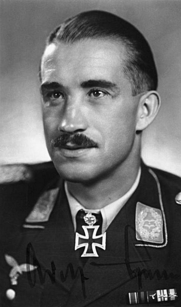 Adolf Galland na zdjęciu z jesieni 1940 roku (Bundesarchiv/Heinrich Hoffmann/ CC-BY-SA 3.0).