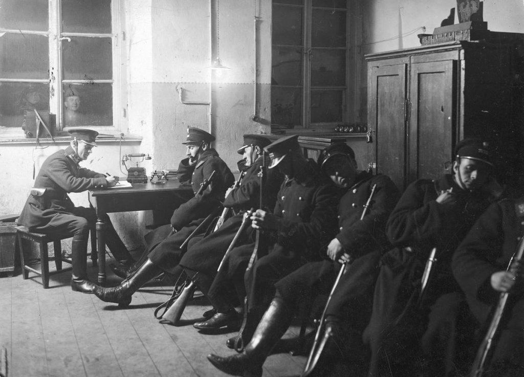 W przedwojennej Polsce szczęść bandytów uważało zabicie policjanta za swego rodzaju nobilitacje. Na zdjęciu warszawscy struże prawa podczas nocnego dyżuru (domena publiczna)