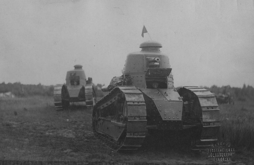 Czołgi Renault FT-17 w kolumnie marszowej (domena publiczna).