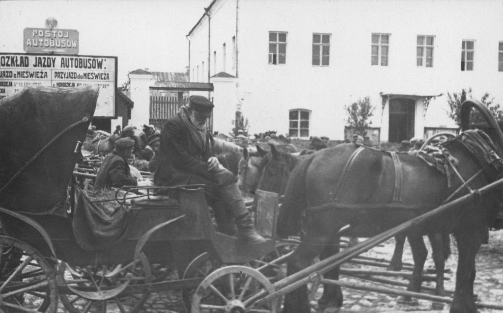 W Nieświeżu większość dorożkarskich koni miało wojskową przeszłość (domena publiczna).
