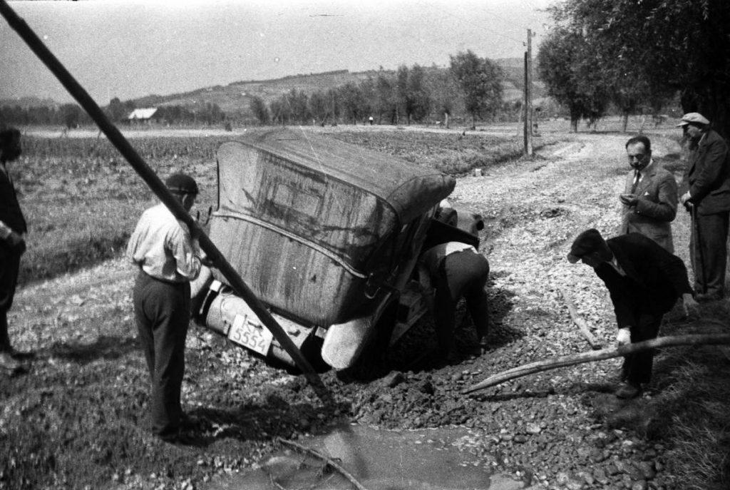 Drogi w przedwojennej Polsce stanowiły prawdziwe wyzwanie dla kierowców (domena publiczna).