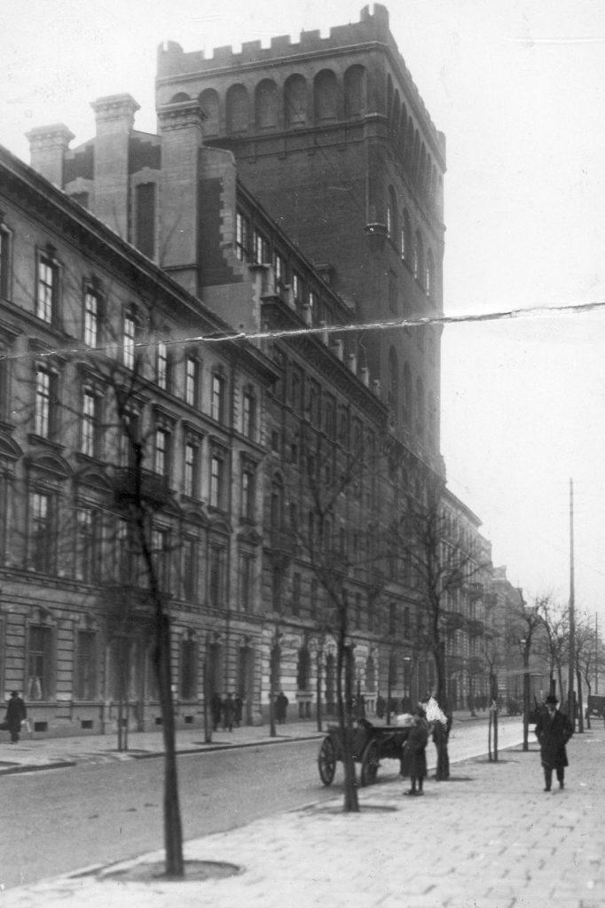 Gmach Polskiej Akcyjnej Spółki Telefonicznej na zdjęciu z 1925 roku (domena publiczna).