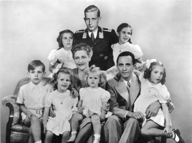 Goebbelsowie z dziećmi. Z tyłu w mundurze syn Magdy z pierwszego małżeństwa (Bundesarchiv//CC-BY-SA 3.0).