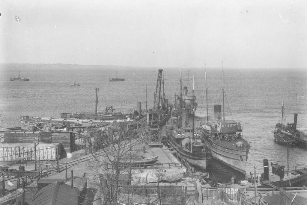 Kutry i okręty wojenne w Pucku. Zdjęcie z pierwszej połowy lat 20. (domena publiczna).