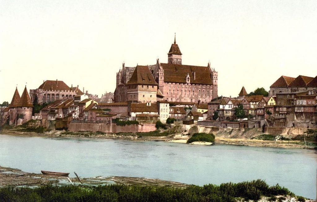 Kazimierz Wielki był pod wrażeniem tego co zobaczył w Malborku. Na ilustracji zamek na pocztówce z końca XIX wieku (domena publiczna).