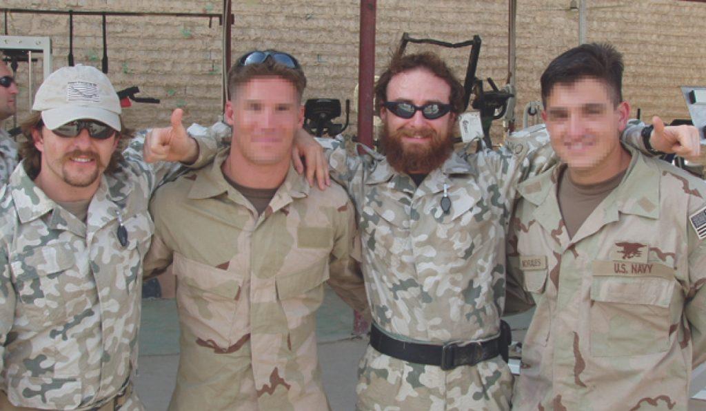 Naval (pierwszy od lewej) jego przyjaciel Tylut oraz towarzysze broni z Nevy SEALs. Zdjęcie z książki Chłopaki z marsa (materiały prasowe).