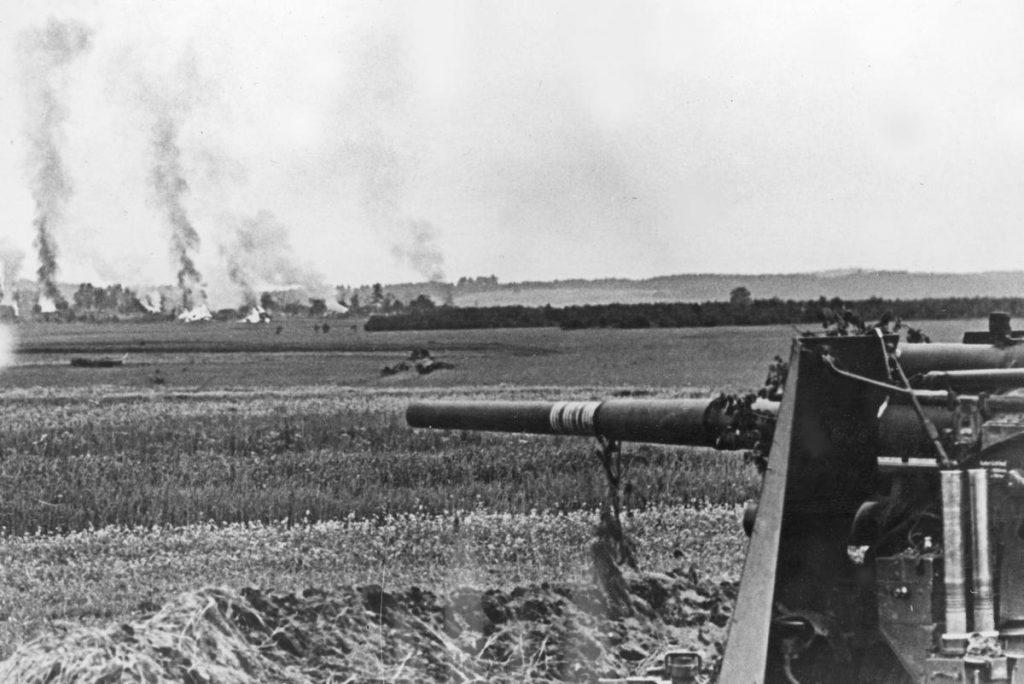 Niemieckie ciężkie działo na Froncie Wschodnim. Jesień 1941 roku. Zdjęcie poglądowe (domena publiczna).