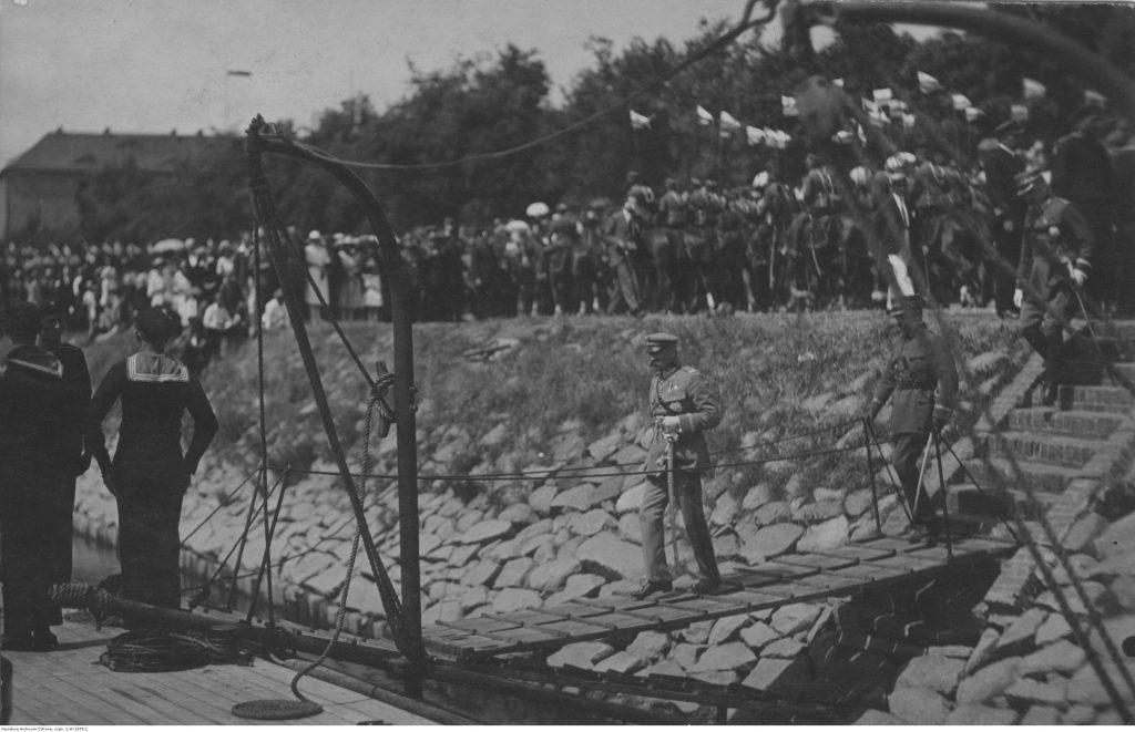 Józef Piłsudski wchodzi na pokład monitora rzecznego. Zdjęcie z 1921 roku (domena ubliczna).