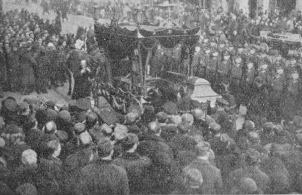 Pogrzeb zabitego przez Koziński posterunkowego Karwańskiego (domena publiczna).