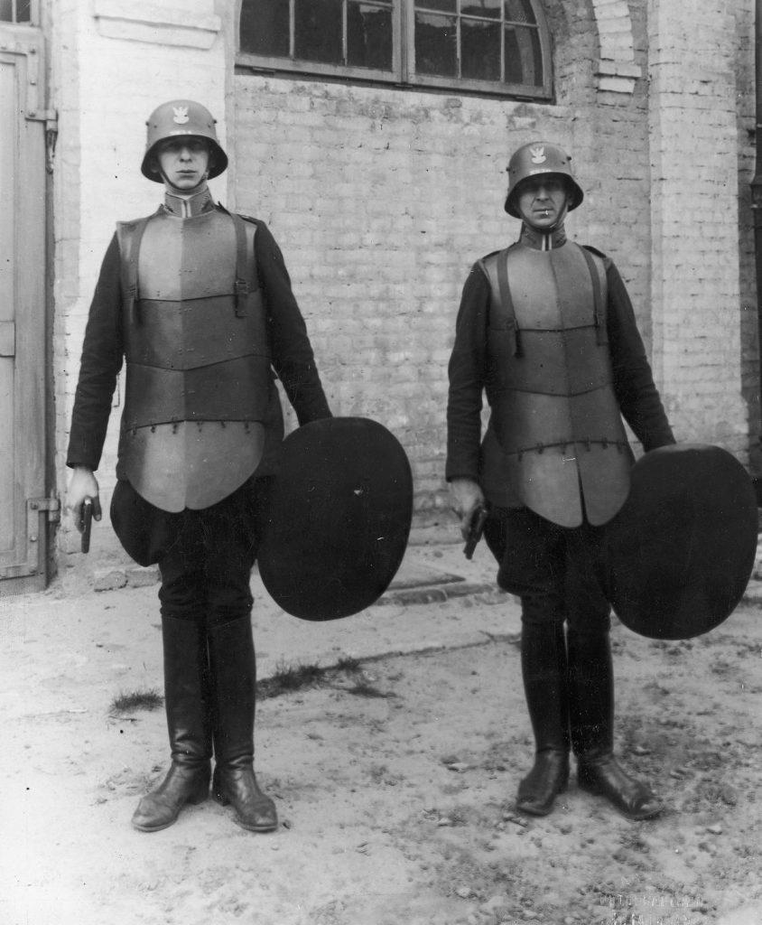 W walce z przedwojennymi bandytami takie stroje szturmowe były czasami niezbędne (domena publiczna).