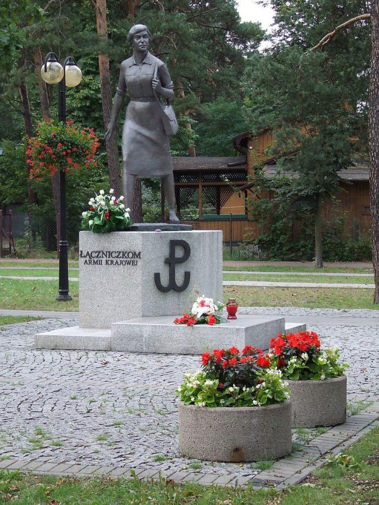 Pomnik Łączniczek Armii Krajowej w Józefowie Hiuppo/CC BY 3.0).