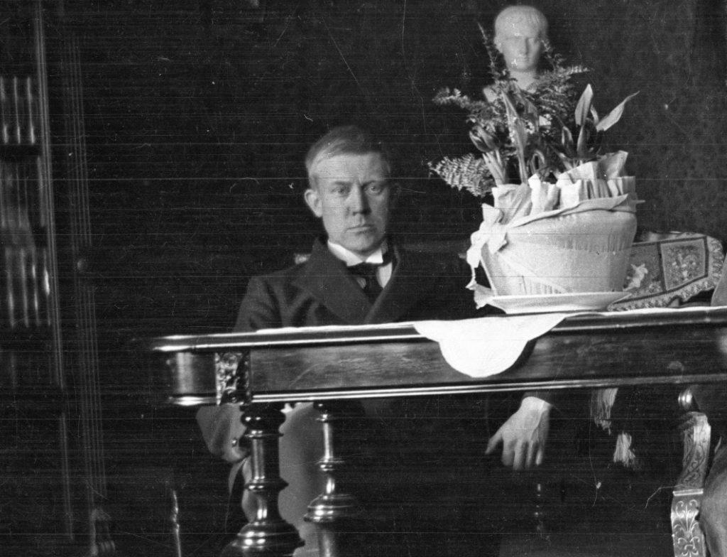 Vidkun Quisling na zdjęciu wykonanym około 1915 roku (domena publiczna).
