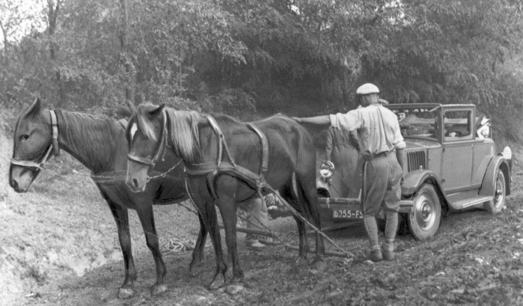 Czasami tylko konie mogły wyciągnąć samochód,  który ugrzązł w błocie (domena publiczna).
