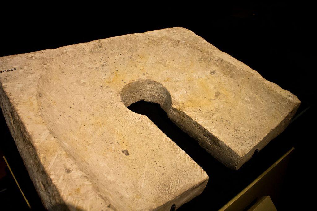 Kamienne siedzisko egipskiej toalety. Powstało ono jakieś tysiąc lat przed tym jak Herodot dziwił się, że nad Nilem potrzebę załatwia się w domu (D. Denisenkov/CC BY-SA 2.0).