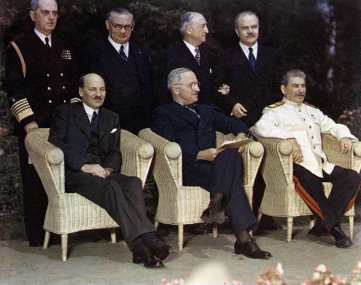 Stalin w mundurze generalissimusa podczas konferencji w Poczdamie (domena publiczna).