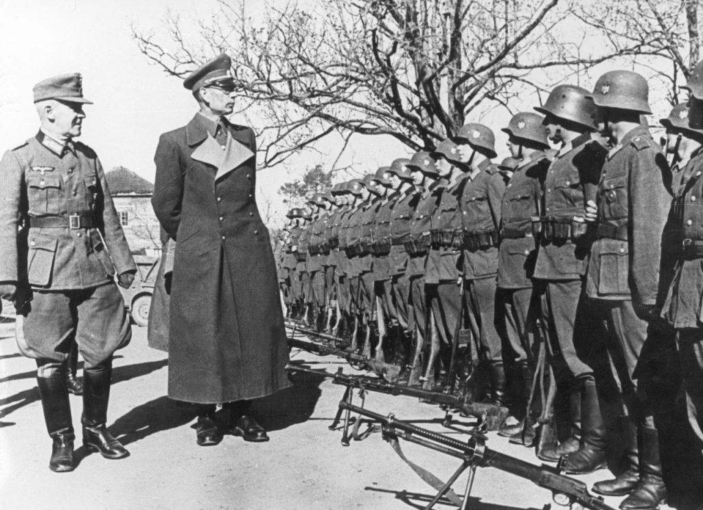 Własow w towarzystwie niemieckiego generała dokonuje inspekcji jednostek Rosyjskiej Armii Wyzwoleńczej (domena publiczna).