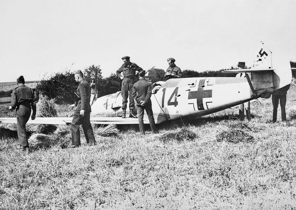 Zestrzelony w trakcie Bitwy o Anglię messerschmitt Bf 109 (domena publiczna).