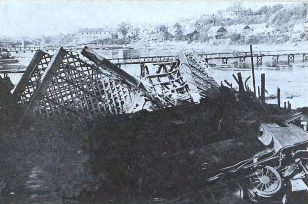 Zniszczony most na Niemnie pod Grodnem (domena publiczna).