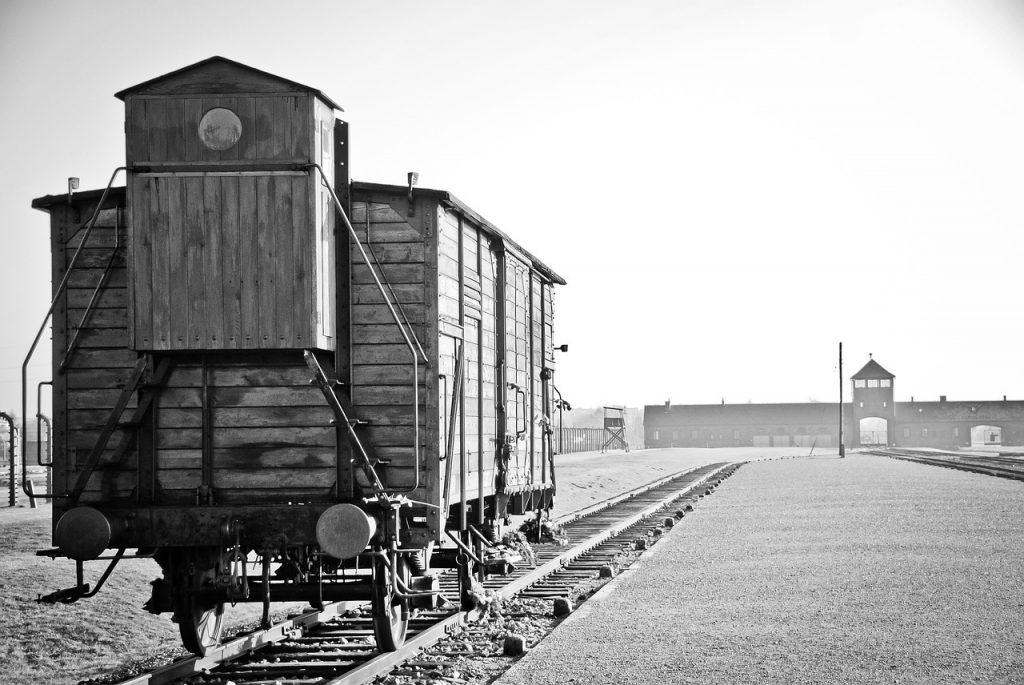 Na więźniów Auschwitz-Birkenau na każdym kroku czyhała śmierć (domena publiczna).