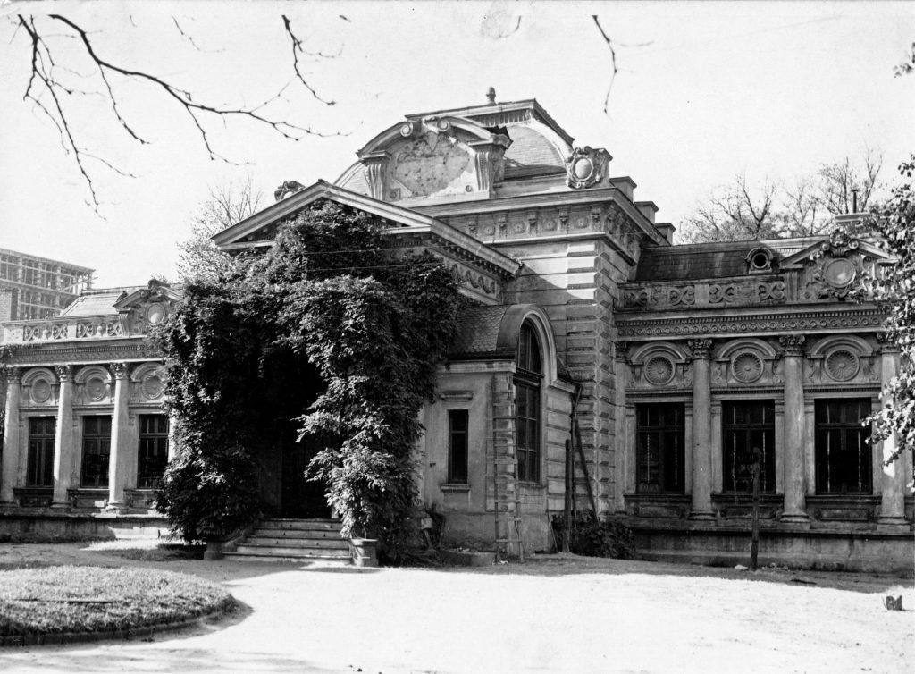 Popadający w ruinę budynek carskiej ambasady w Bukareszcie na zdjęciu z 1925 roku. Gmach został rozebrany w 1934 roku (domena publiczna).
