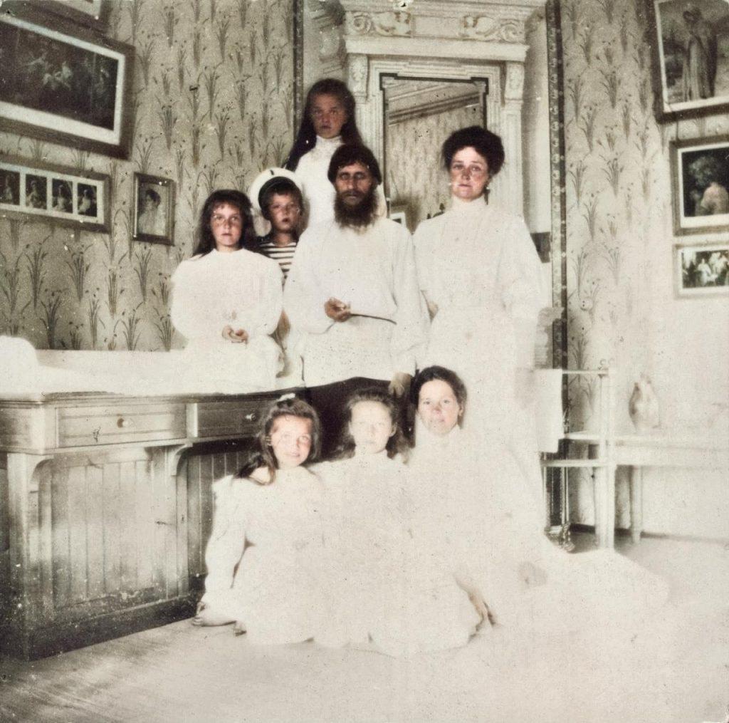 Caryca Aleksandra z dziećmi oraz Rasputinem. Zdjęcie wykonane w 1908 roku. Koloryzacja własna (domena publiczna).
