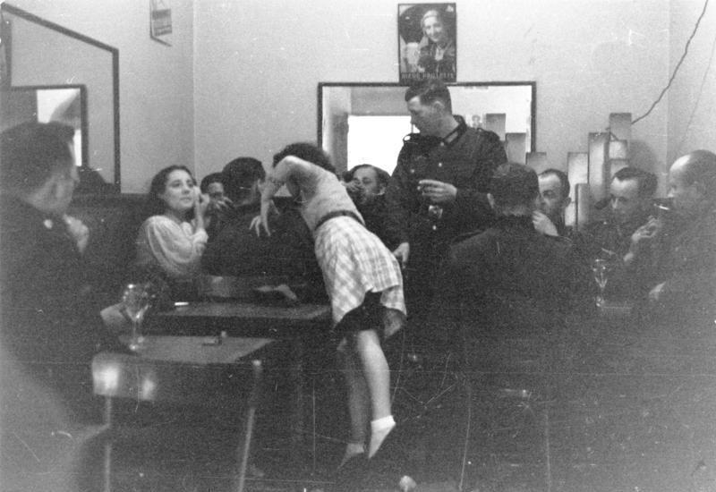 Z domu publicznego SS w Warszawie pozwolono z czasem korzystać również żołnierzom Wehrmachtu. Na zdjęciu podobny przybytek z Francji (Bundesarchiv/ Dietrich/CC-BY-SA 3.0).