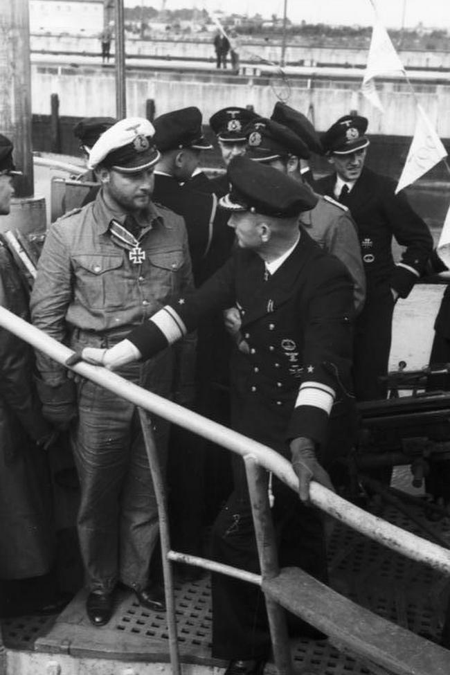 Fritz-Julius Lemp i Karl Dönitz na pokładzie U-30. Zdjęcie z sierpnia 1940 roku (Bundesarchiv/ Peter/CC-BY-SA 3.0).