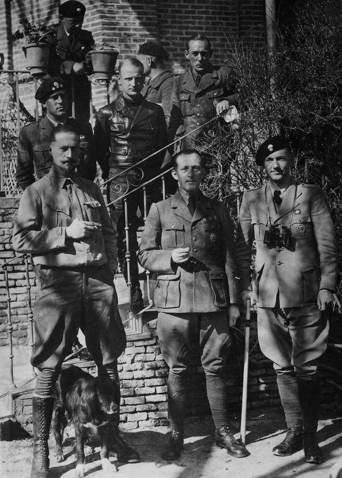 """Kadra oficerska Panzergruppe """"Drohne"""". Nie zabrakło też psa (domena publiczna)."""