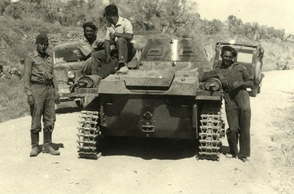 """Żołnierze Panzergruppe """"Drohne"""" na hiszpańskich bezdrożach (domena publiczna)."""