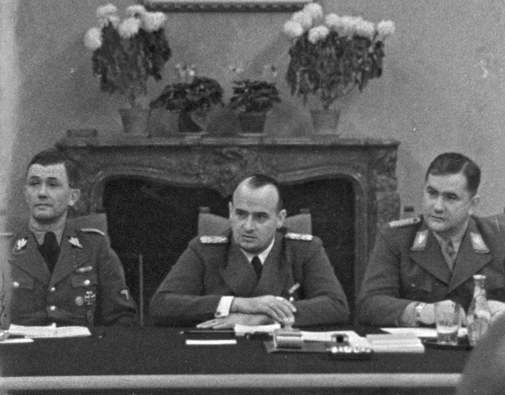 SS-Gruppenführer Paul Moder (pierwsze od lewej) sporządził aż 10-puntową listę, zawierającą zasady funkcjonowania domu publicznego SS w Warszawie (domena publiczna).